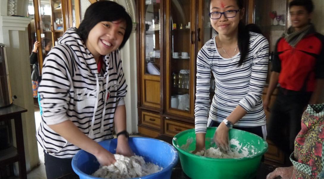 Des volontaires de Projects Abroad au Népal apprennent à fabriquer les traditionnels momos.